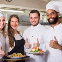 Serveur et cuisinier en formation